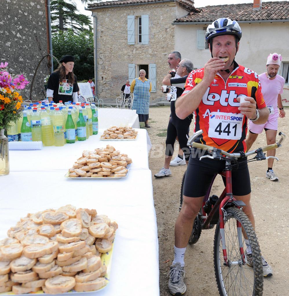 フォアグラ食べ食べ25キロ走破、グルメ向き?の仏デュアスロン大会