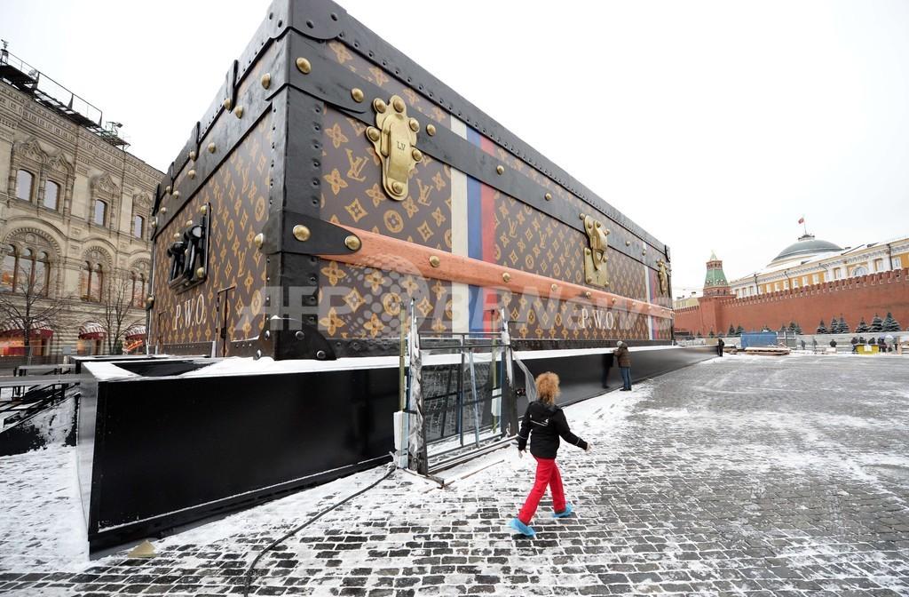 ヴィトンの「巨大スーツケース」撤去へ、モスクワの赤の広場