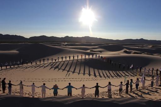 どこまでも続く砂と空、砂丘でヨガイベント メキシコ