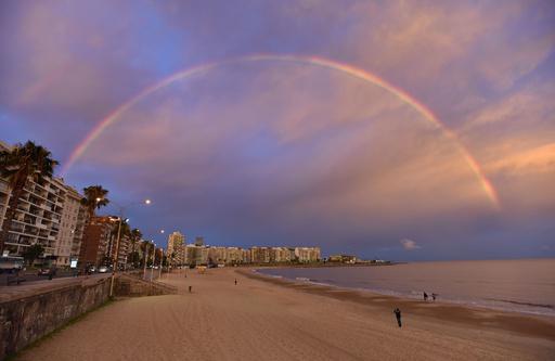海辺の夕空に雄大な虹、南米ウルグアイ