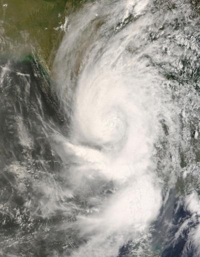 暴風雨の大型化は地球温暖化のせい? 別れる専門家の見方