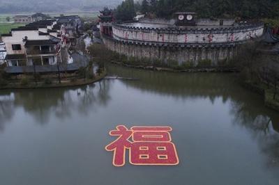 福が来た!6666匹の赤い鯉で作った巨大な「福」江西・婺源