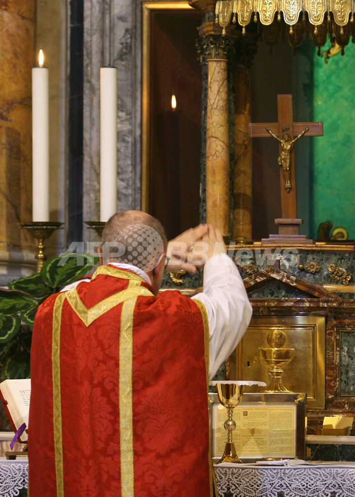 ローマ法王、伝統的ラテン語ミサの自由化を許可