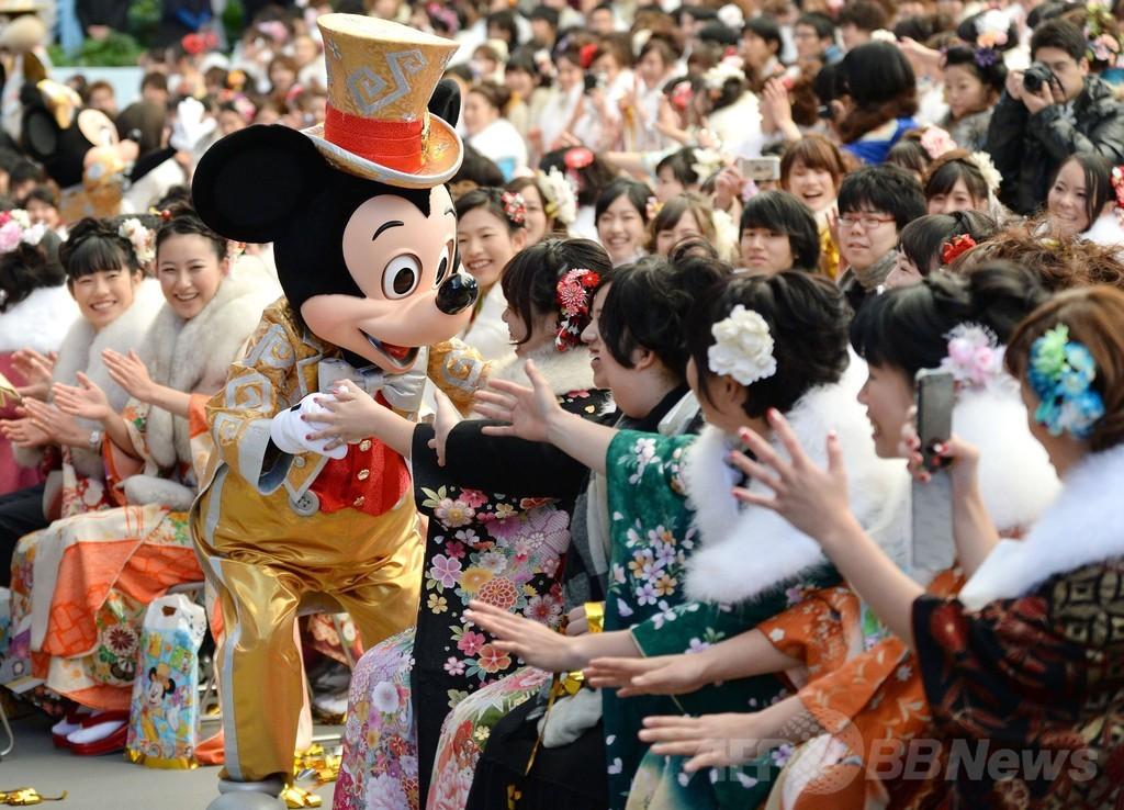 ディズニーランドで成人式、ミッキーマウスが門出を祝福