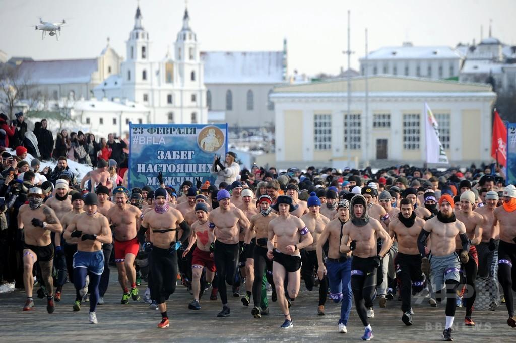 氷点下10度の寒さなんてへっちゃら? 半裸の男たちが駆け抜ける「リアルマン・レース」