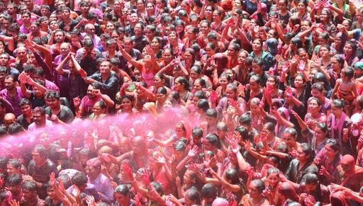 ヒンズー教の祭典「ホーリー」、色水掛けて春の訪れ祝う