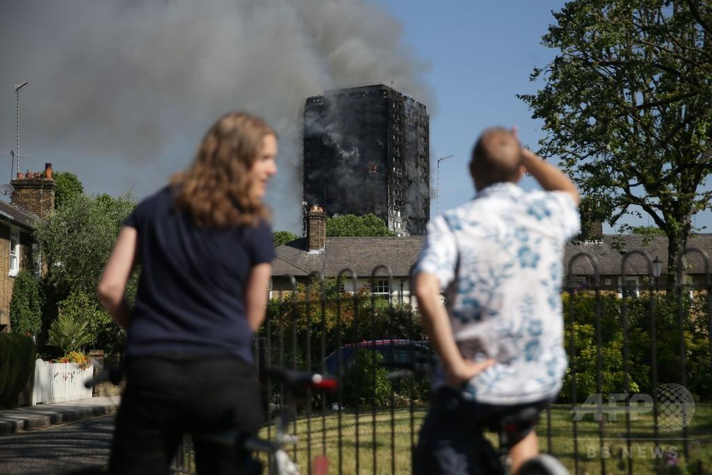 ロンドン高層住宅火災、死者12人に 消火・捜索活動続く