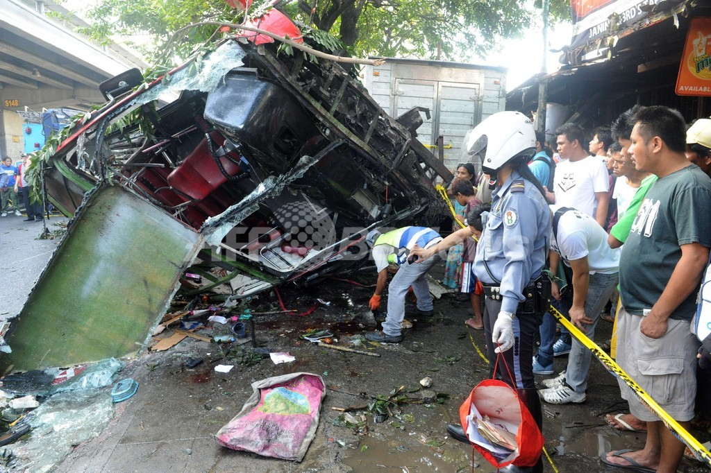 高架道路からバス転落、22人死亡 フィリピン