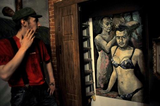 「女性下着姿のプーチン大統領」絵画を押収、画家は国外脱出