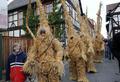 村を練り歩く「わらのクマ」、ドイツ伝統行事