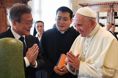 ローマ法王、文大統領と会談 訪朝に前向き姿勢