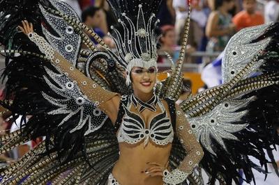 パラグアイ最大のカーニバル開幕、ダンサーら華やかにパレード