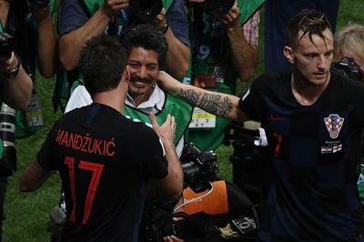 【AFP記者コラム】ユーリ・コルテスの喜び、W杯でもみくちゃにされたカメラマン