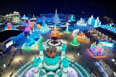 氷と雪の祭典、色鮮やかなイルミネーションでにぎわう