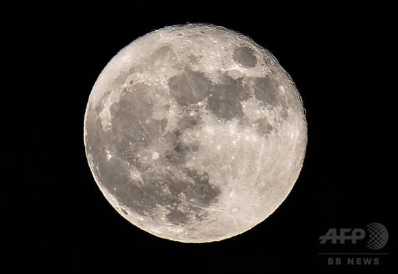 月の内部に大量の水が存在か、研究