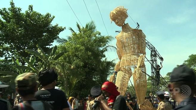 動画:巨大操り人形が通りを練り歩く、ミャンマー