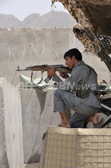 州政府庁舎で自爆攻撃と銃撃戦、19人死亡 アフガニスタン