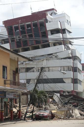 エクアドル地震、死者246人に 数百人の安否不明か