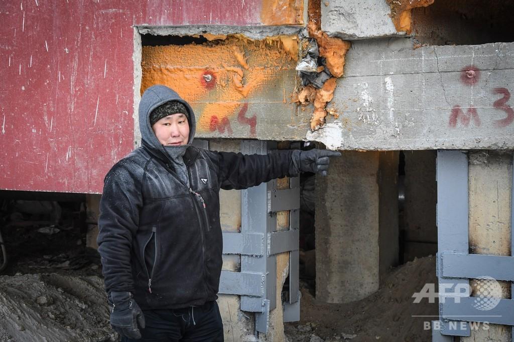 温暖化で解ける永久凍土 傾く建物、有害物質放出の恐れも シベリア