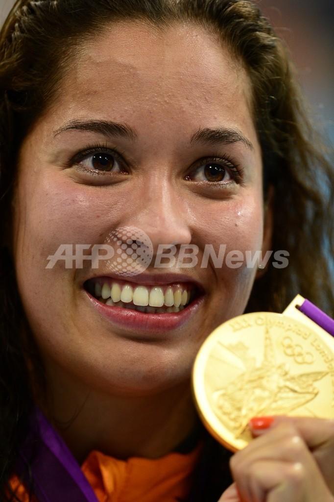クロモビジョジョが女子100メートル自由形で金メダル