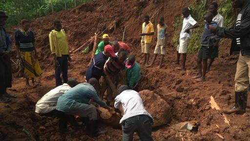 動画:ウガンダ東部で土砂崩れ、6人死亡 依然50人行方不明か