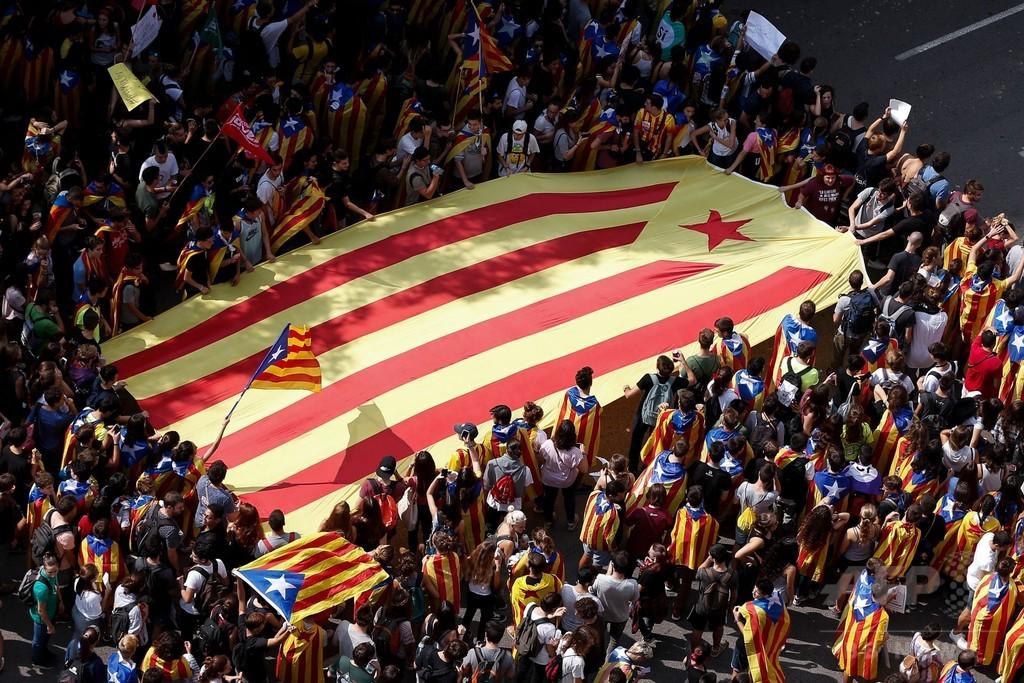 「独立」叫ぶ学生ら、バルセロナで大規模デモ カタルーニャ住民投票
