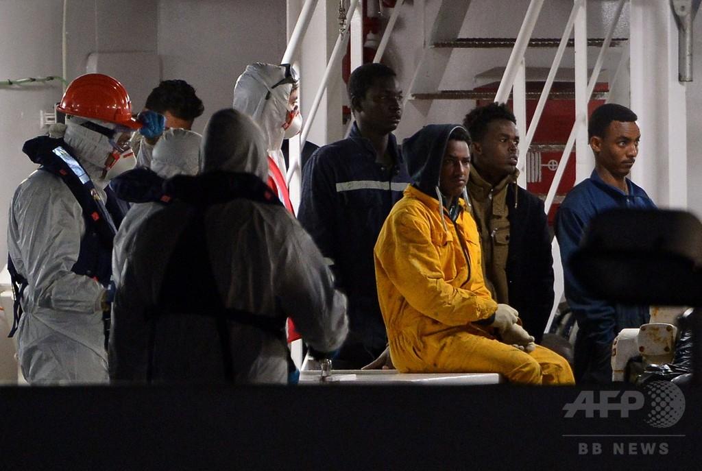 難民船転覆、船長のミスと定員超過が原因 伊当局