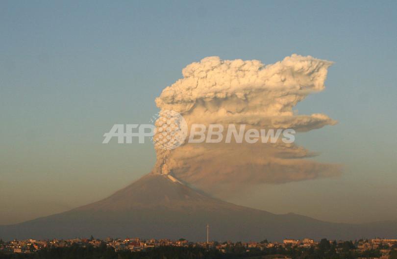 メキシコ・ポポカテペトル山が水蒸気爆発、水蒸気は火口から高さ3キロに