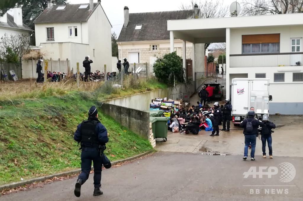 地面にひざまずく生徒ら… 仏高校デモ一斉検挙映像に非難殺到