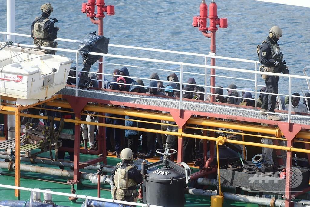 移民を救出したタンカーが乗っ取られる、移民の男5人逮捕 マルタ