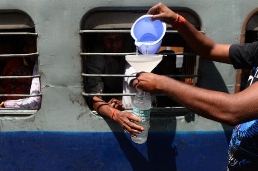 列車内が「耐えられない暑さ」に、乗客4人死亡 インド