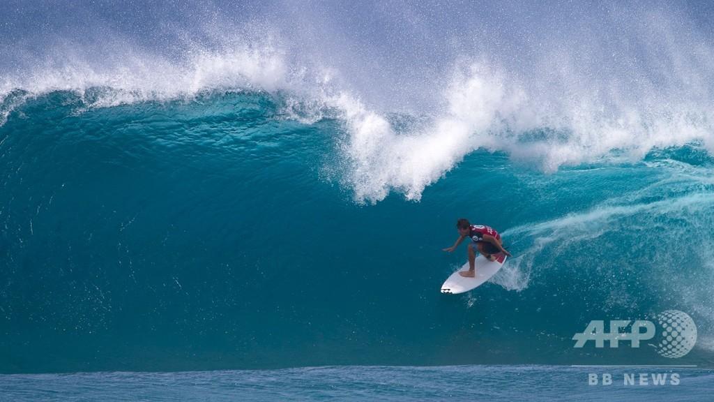 巻き立つ波に挑む、ハワイでサーフィン大会