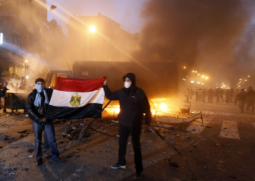 エジプトのデモで死者27人、大統領は続投を強調