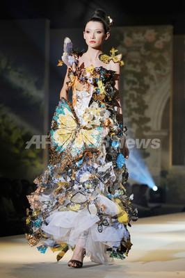 桂由美2010年グランドコレクション、鯛1800匹分の「うろこドレス」