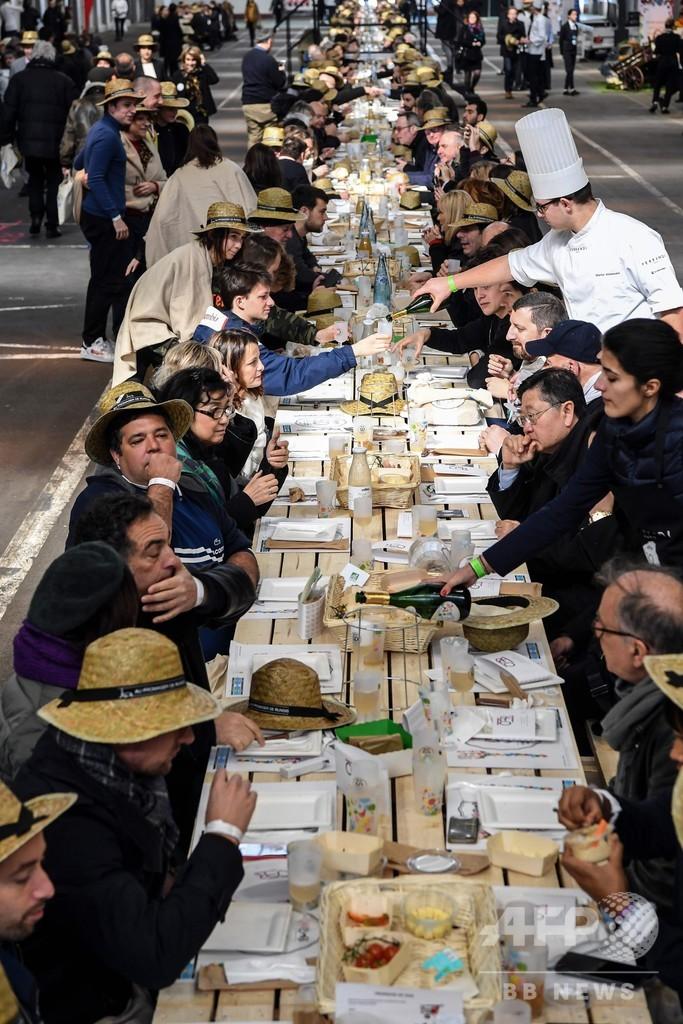 世界一長いテーブルで世界最大の生鮮市場50周年を祝いギネス記録 仏