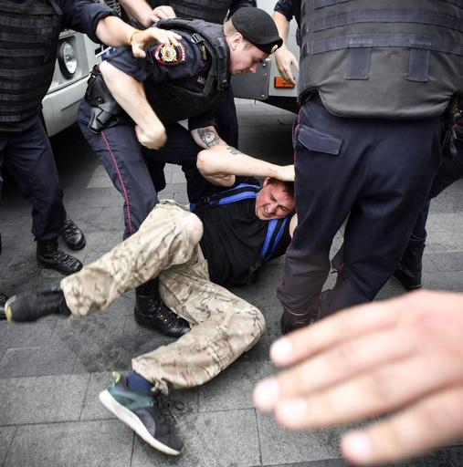 ロシア首都で警察に対する抗議デモ、400人超拘束される