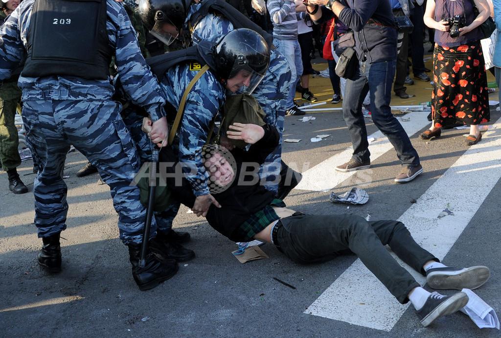 プーチン大統領就任前日に抗議デモ、400人拘束 露モスクワ