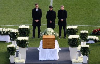 エンケの追悼式 選手やファンが最後の別れ - AFPBB News