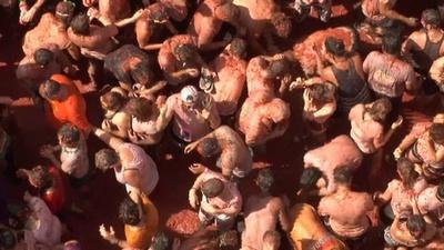 動画:真っ赤になって大はしゃぎ、スペインのトマト祭り開催