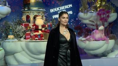 動画:レティシア・カスタ、仏「プランタン」クリスマスウィンドーディスプレイを披露