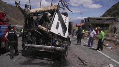動画:旅行客乗せたバスが衝突事故、24人死亡 エクアドル首都近郊
