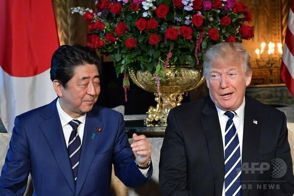 カメラの前で圧力 「トランプ流」に屈した安倍首相、貿易協議に同意