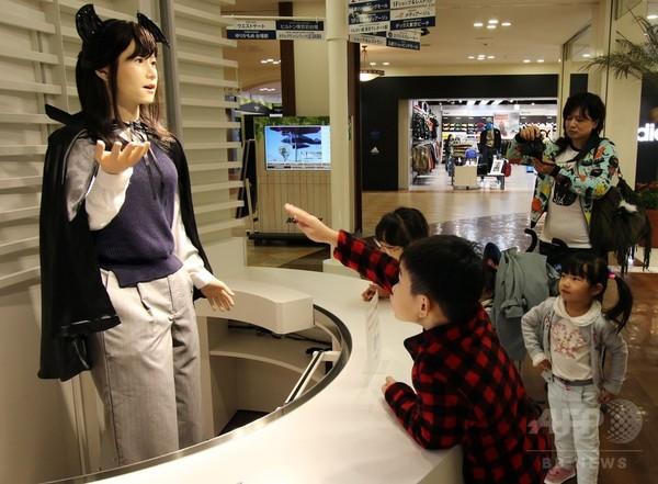 人型ロボット「地平ジュンこ」、ハロウィーンの装いで登場 都内