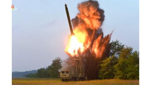動画:北朝鮮の「超大型多連装ロケット砲」試射、国営テレビが写真公開 金委員長が視察