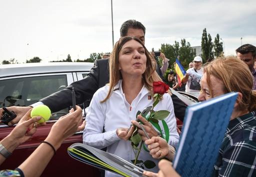 ウィンブルドン女王ハレプがルーマニア凱旋、ファンの歓迎受ける