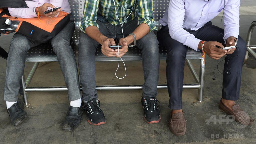 地下鉄駅の巨大スクリーンにポルノ映像流れる、インド