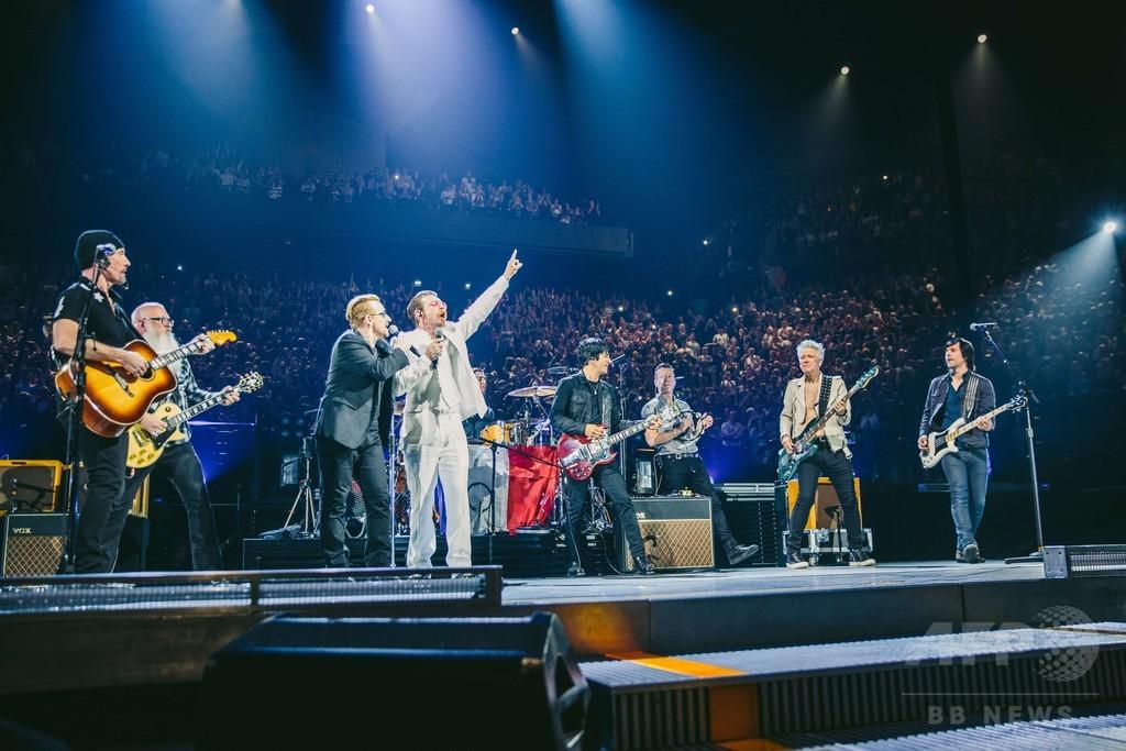 テロ被害の米バンド、パリで再び舞台に U2公演にサプライズ出演