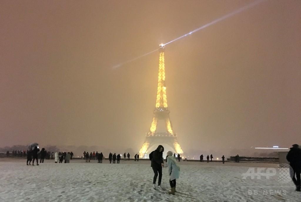 大雪でエッフェル塔が閉鎖 パリ