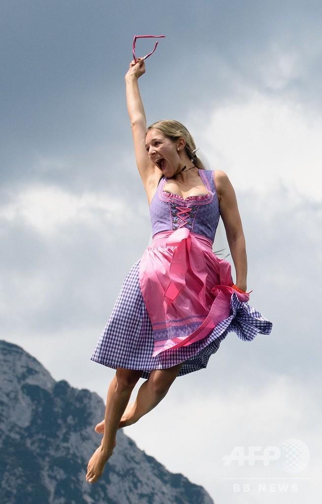民族衣装で湖にダイブ、独南部で飛び込みコンテスト