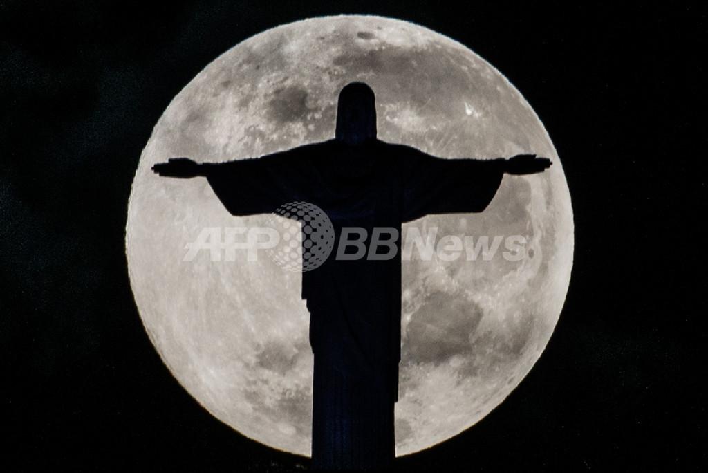 神々しく満月に浮かぶキリスト像、リオデジャネイロ